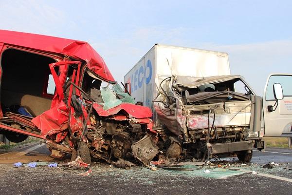 Frontálisan ütközött egy furgon és egy kisteherautó – Az egyik sofőr aludt, a másik a raktérben volt