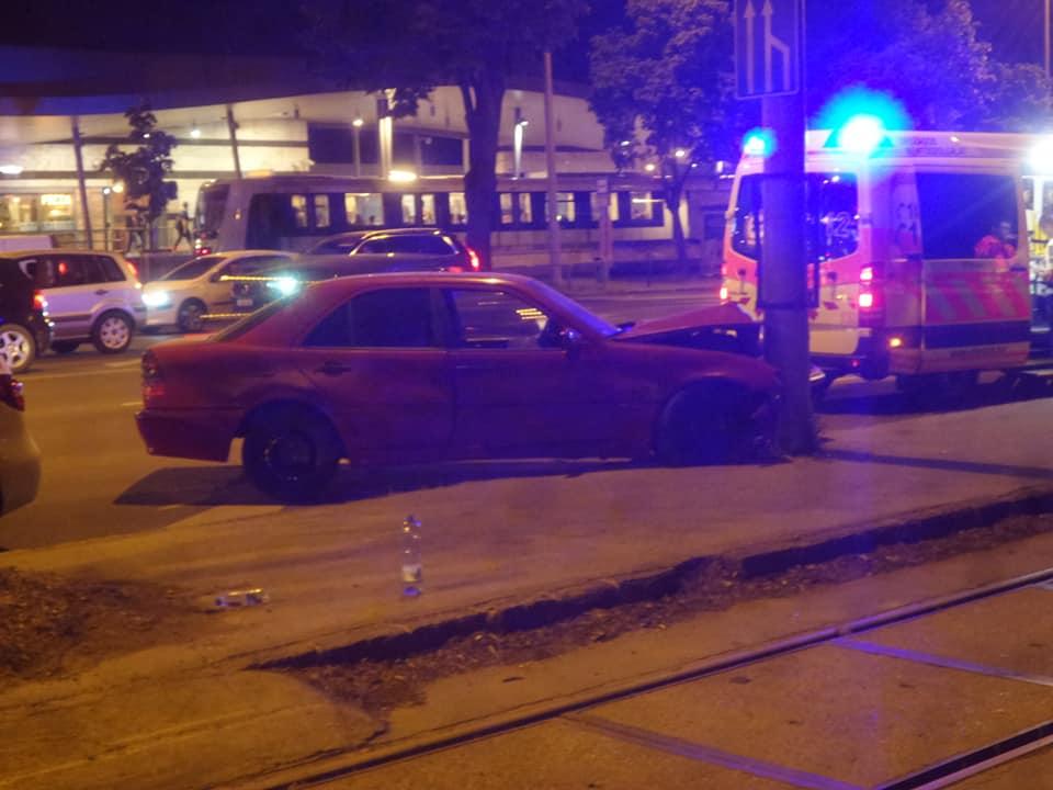 Fotók: Oszlopnak ütközött egy autó a Kerepesi úton