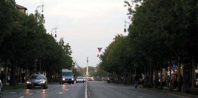 Erről szavaztatnak: Az Andrássy út és a Kós Károly sétány is a gyalogosoké lehetne a nyár folyamán