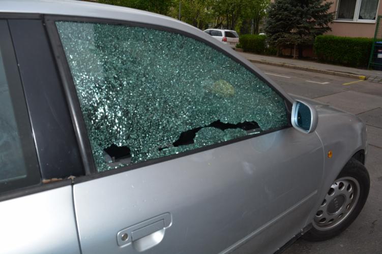 Három nap alatt 11 autót tört fel egy fiatal pár, babakocsiban tolták a zsákmányt