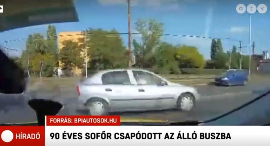 Szörnyű látvány, ahogy fékezés nélkül csapódik a buszba az Opel