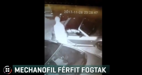 Videó – Autókat hágott meg egy férfi Pécsen