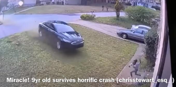 """Videó – """"Nem hiszem el, hogy ezt túlélte"""" – házuk kertjében gázoltak el egy 9 éves amerikai kislányt"""