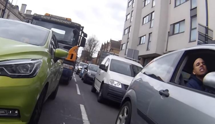 Videó – Beszólt a bringásnak majd szándékosan el is ütötte, mert az nem húzódott le eléggé