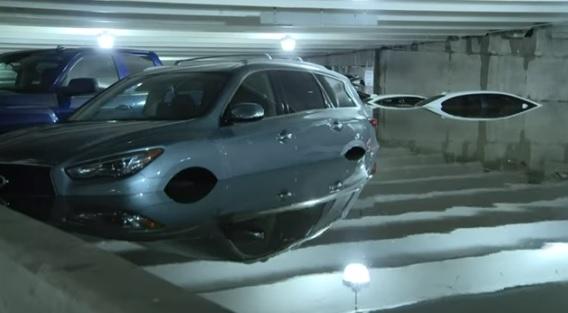 Videó – Mélygarázsba álltak, mély vízbe kerültek az autók Dallasban