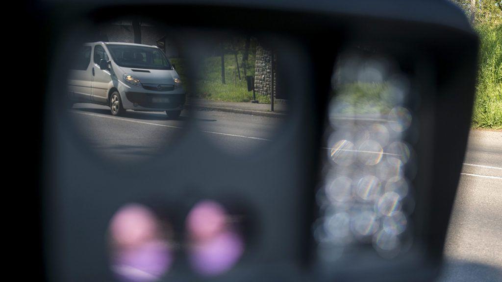 Saját magát buktatta le a mobiltraffipaxos rendőr: 97 km/óra 30-as táblánál