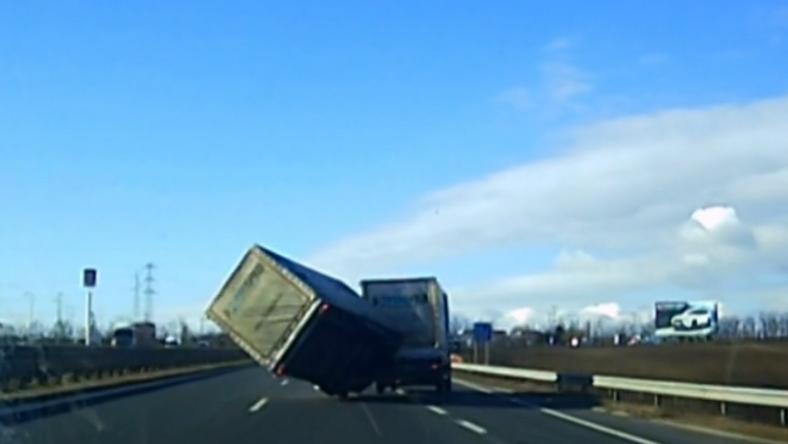 Videó – Felborított a szél egy pótkocsit az M7-esen