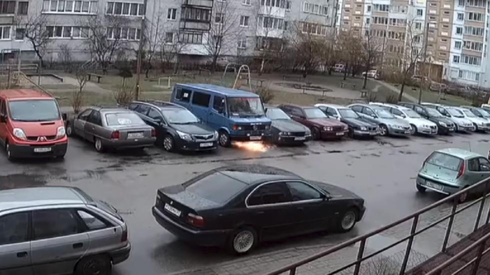 Videó – Az autobotok már Oroszországban vannak – Beindult, majd nekiment egy autónak a sofőr nélküli kisbusz