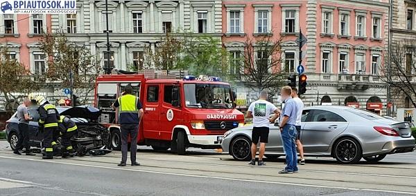 Fotók – Két autó ütközött délután az Oktogonnál