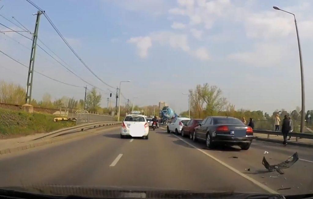 VIDEÓ: Több autó ütközött Csepelen, a Weiss Manfréd úton