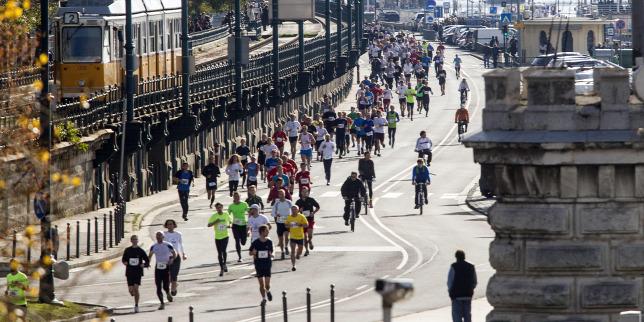 Futóverseny miatt forgalomkorlátozások lesznek vasárnap délelőtt Budapesten
