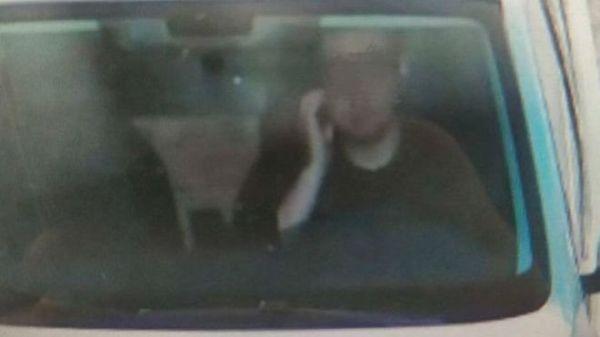 Azért büntették meg az autóst, mert vezetés közben megvakarta az arcát