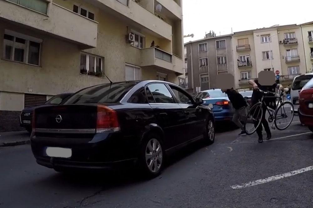 Durva Autós VS. Biciklis harcot rögzített egy biciklis fejkamera