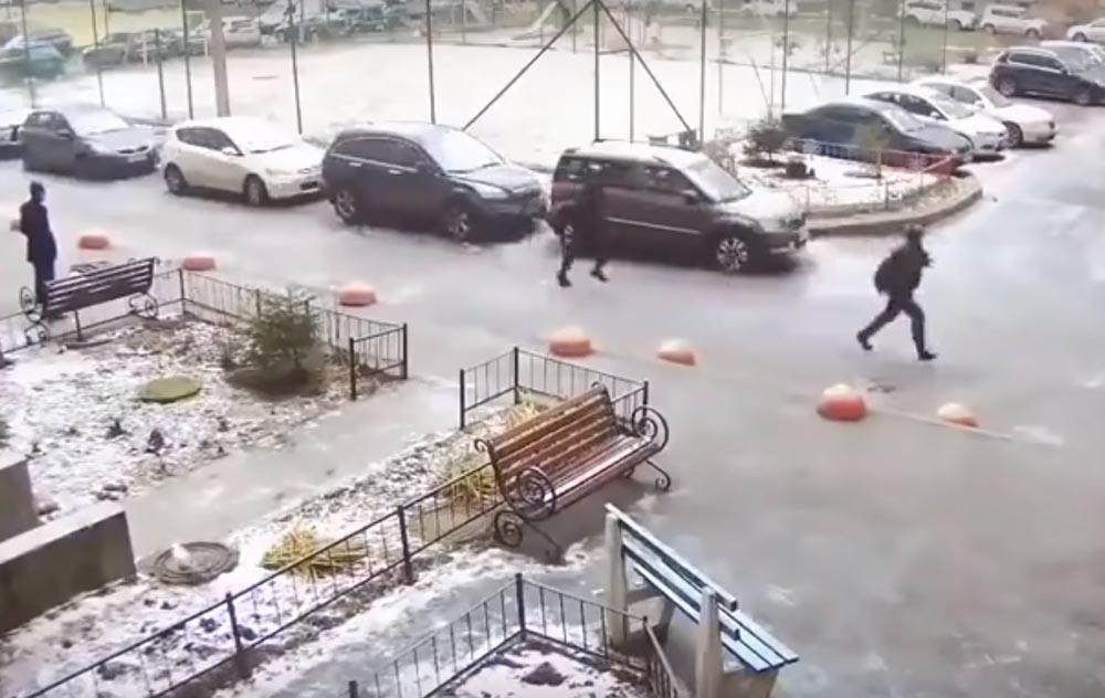 VIDEÓ: Mikor az orosz rendőrök futva próbálják utolérni az autótolvajt