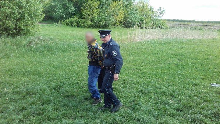 Felniket vágott a rendőrökhöz a 15 éves fiával menekülő apa