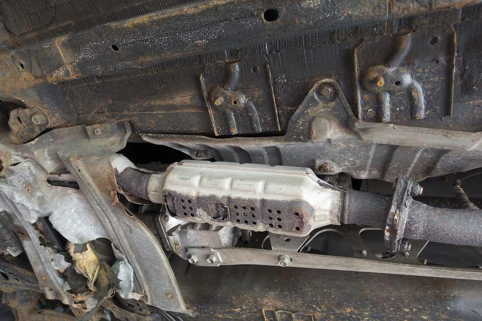 """Több autó katalizátorát kivágta. Erre volt """"szakosodva"""". Elkapták"""