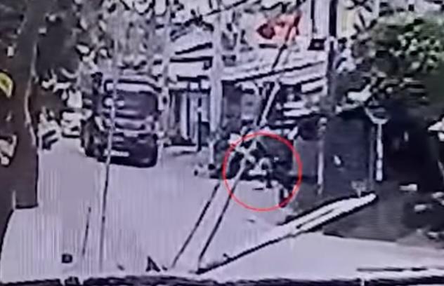 Videó – Halálra gázolt egy teherautó egy kisfiút, miközben az anyja a telefonját babrálta