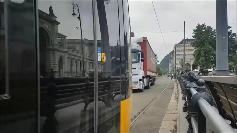 VIDEÓ: Eltévedt a kamion a Várkert Bazárnál, a villamos kitessékelte