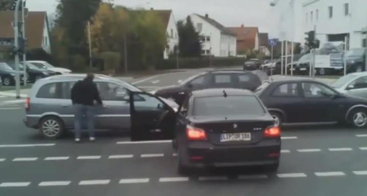 Videó – Ez az autós is csak addig volt ügyes, amíg egy helyben állt az autóval