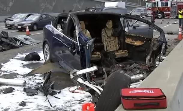Videó – Beperelték a Teslát halálos baleset okozása miatt