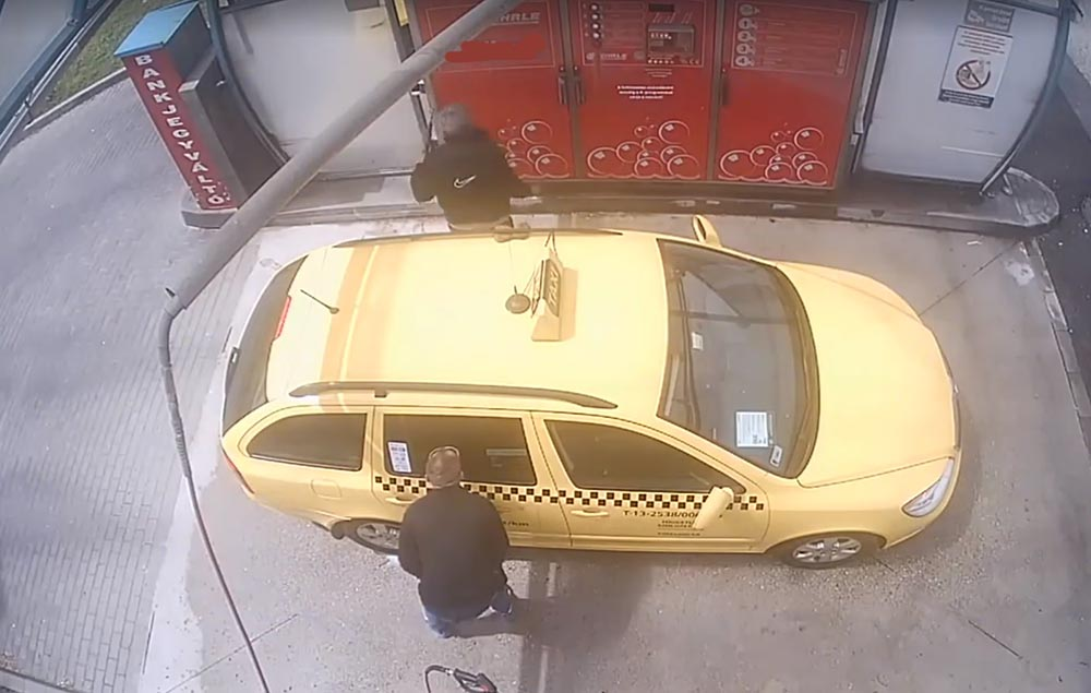 VIDEÓN, ahogy autómosás közben meglopják a taxist. Figyeljetek erre!