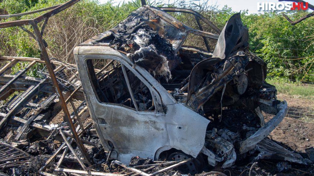 Fotók – Kiugrott a sofőr az égő autóból, küzdenek az életéért