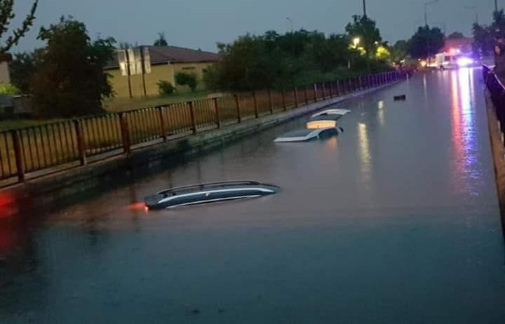 Fotók: Özönvízszerű esők. Több autós ragadt a vízben Szolnokon