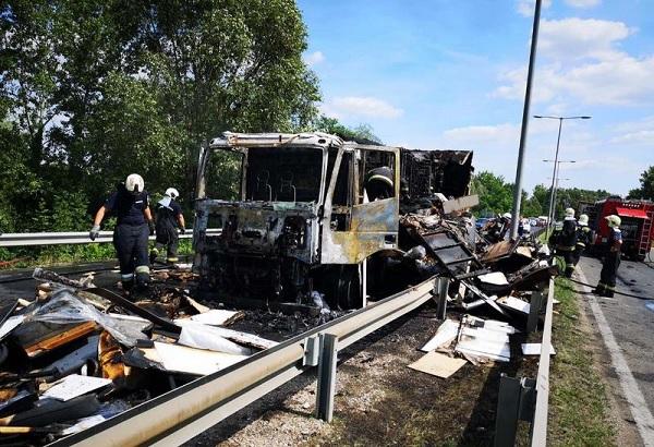 Fotók – Szénné égett tegnap egy teherautó az M0-s autóút halásztelki lehajtójánál
