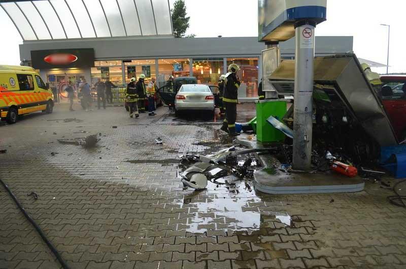 Fotók: Benzinkutat tarolt az M7-esen