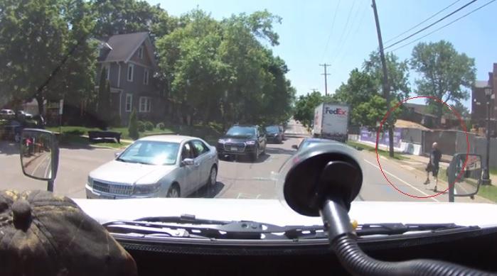 Videó – Nem húzta be a sofőr a kéziféket, szépen útnak is indult a teherautó