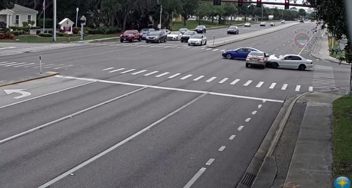 Videó – A piros azt jelenti, állj meg- Talán valaki szólhatott volna a Honda sofőrjének is