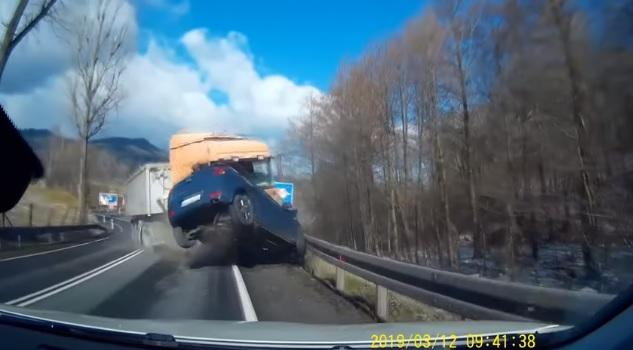 Videó – Szétdurrant a kamion kereke, ritka brutális, ahogy letarolt mindenkit