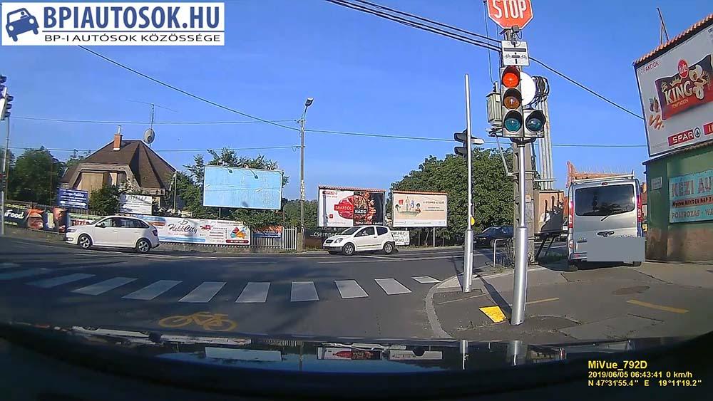 VIDEÓ: Nem mersz így jobbra kanyarodni! Fogd meg a söröm…