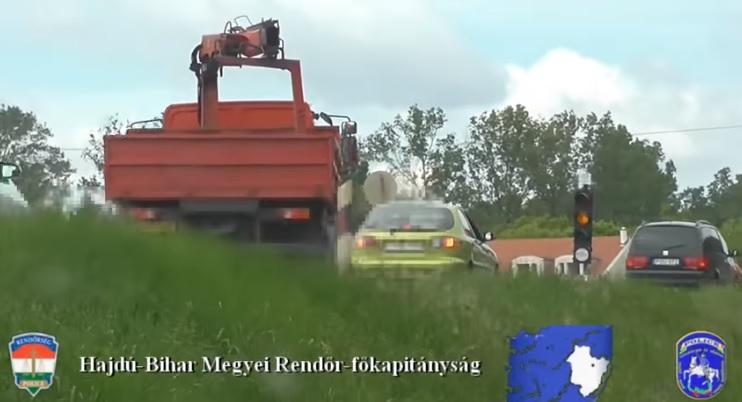 Videó – Mintha ott se lenne a lámpa, úgy hajtanak át a piroson az autósok