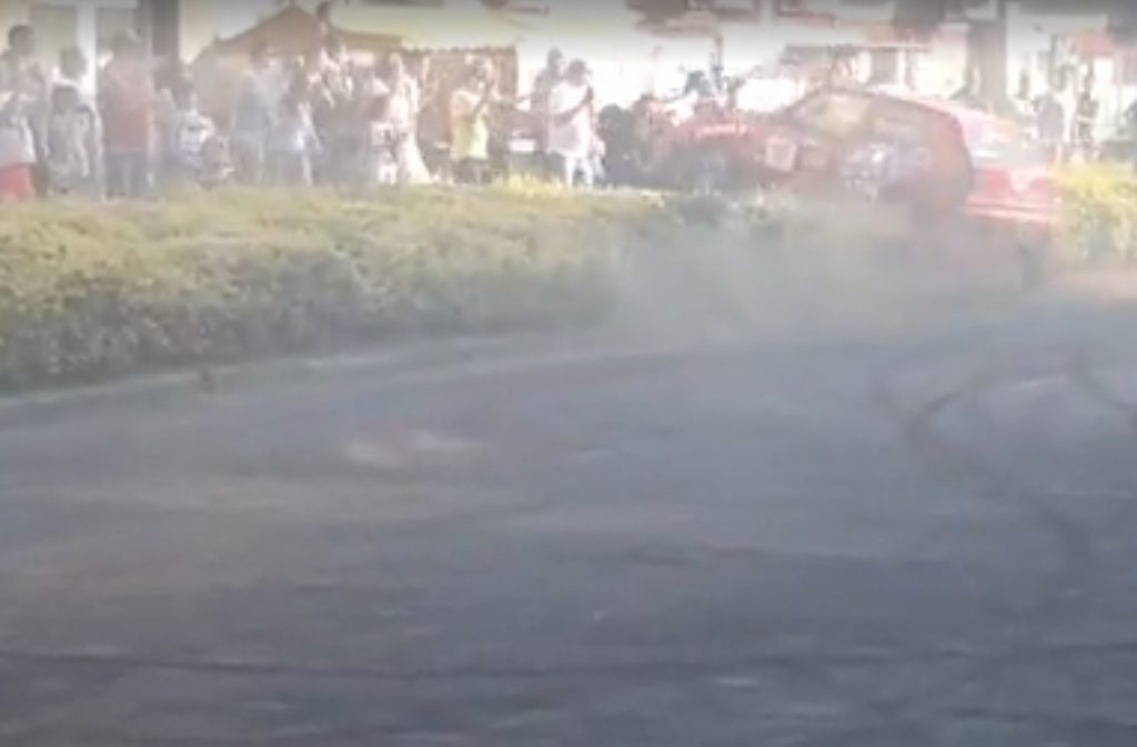 Felvették, ahogy a nézők közé hajt egy versenyző a Tótkomlós rallyn