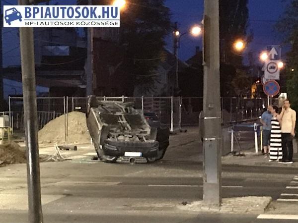 Fotó – Felborult egy autó a 3. kerületben