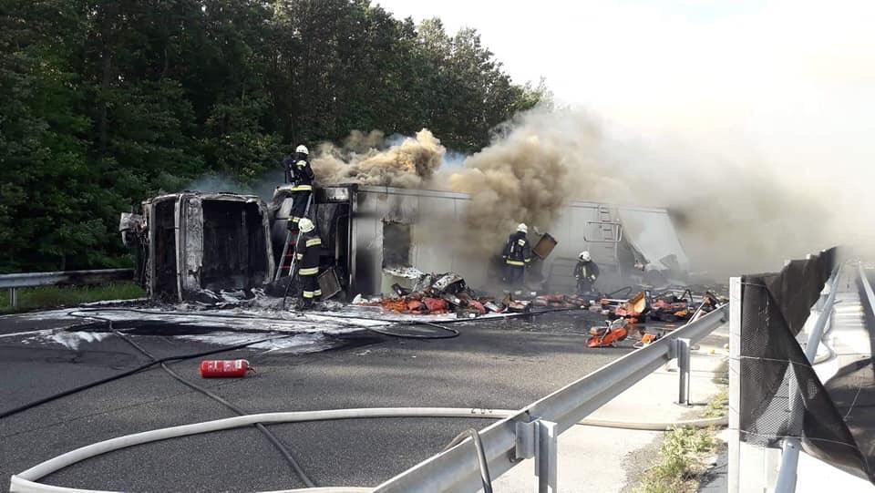 FOTÓK: Kigyulladt kamion miatt zárták le az M7-est