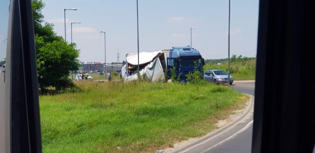 Leborult egy teherautó rakománya a Maglódi sportáruház utáni körforgalomban