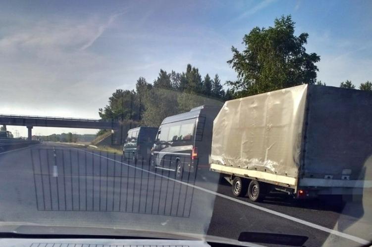 Egy kisbuszt és egy utánfutót is vontatott a felelőtlen sofőr Győr közelében.