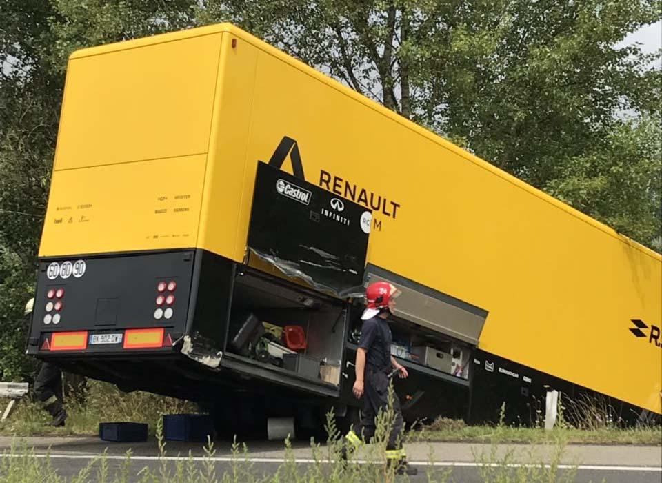 Fotók: Forma 1 – A Renault kamionja csúszott az M1-esen az árokba