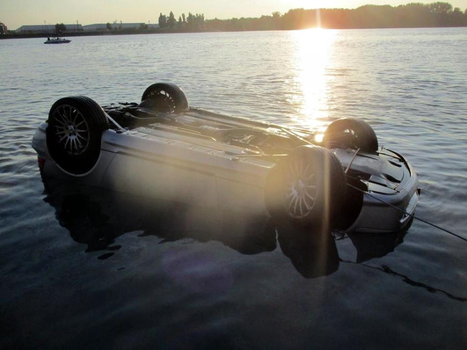 Fotók – Autójával együtt csúszott a Dunába egy férfi a kompról