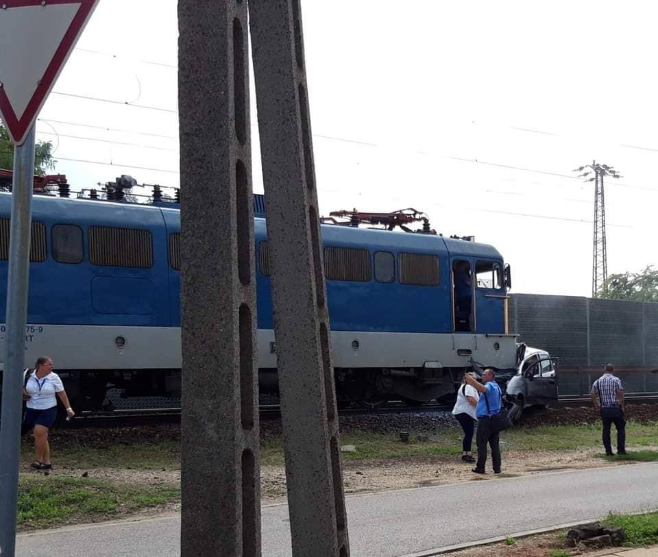 Vecsés: Vasúti átjáróban toltak át egy autót, aminek nekihajtott a vonat