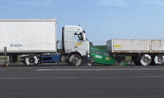 Videó – Csak 43 km/h-val ment a kamion mégis rommá törte az autót