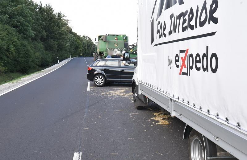 Fotók – Előzésben lévő teherautót előzött volna az Audi, egy kombájn vágókésének rohant