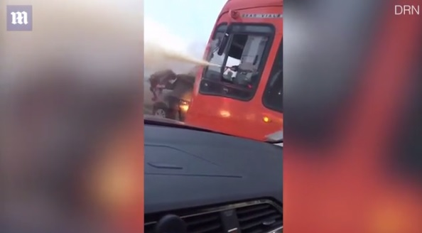 Videó – Az egyik gyereküléssel ütött, a másik poroltóval fújt!