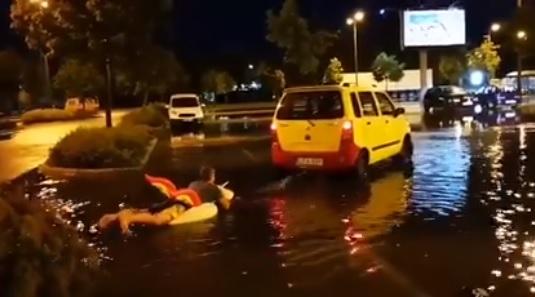 Videó – Felfújható unikornissal vízisíztek a parkolóban