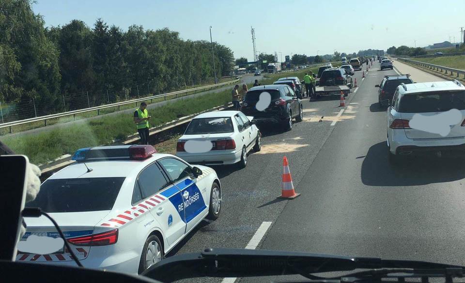 Fotók: Nyolc autó rohant egymásba az M1-esen