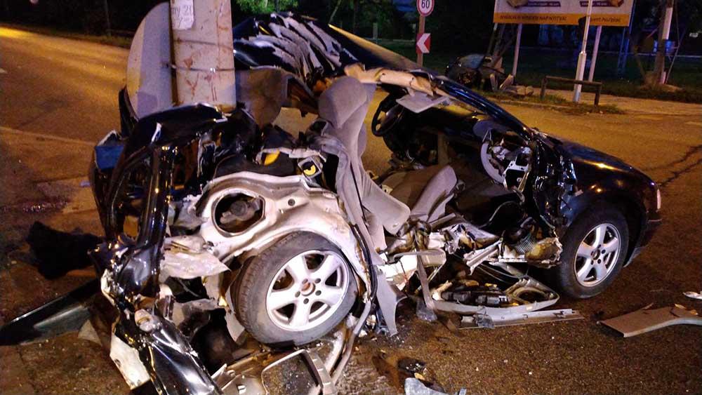 Oszlopra csavarodott egy autó a Váci úton. Ketten meghaltak