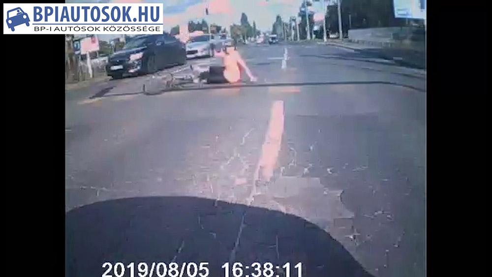 VIDEÓ: Szabálytalanul átkelő biciklist sodort el az autós