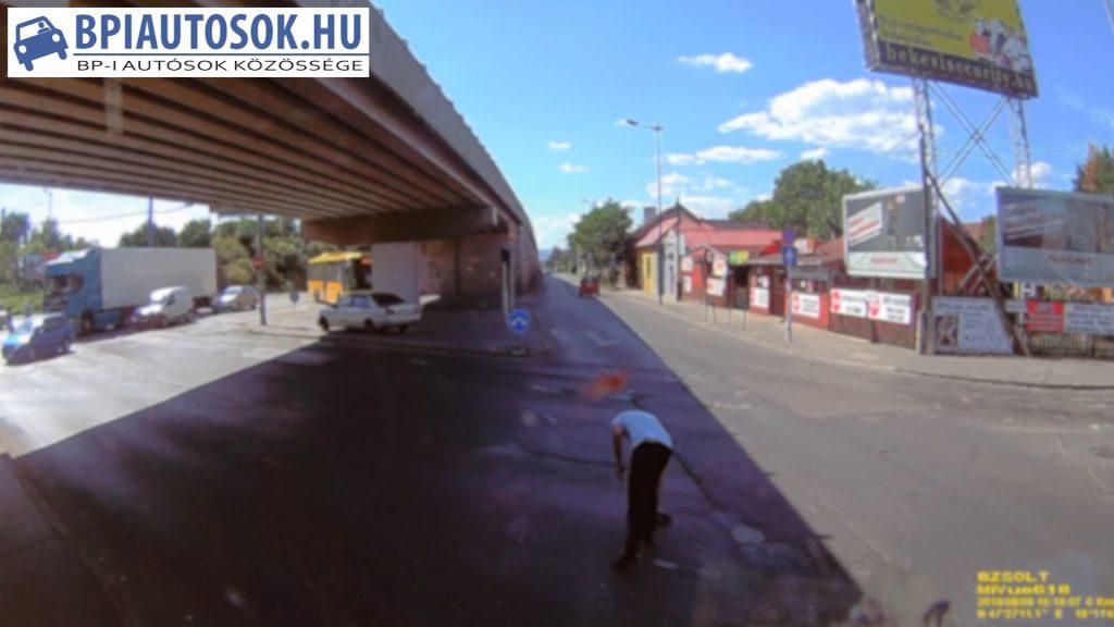 VIDEÓ: Kamion szaggatta le egy másik kamionos tükrét, majd elhajtott
